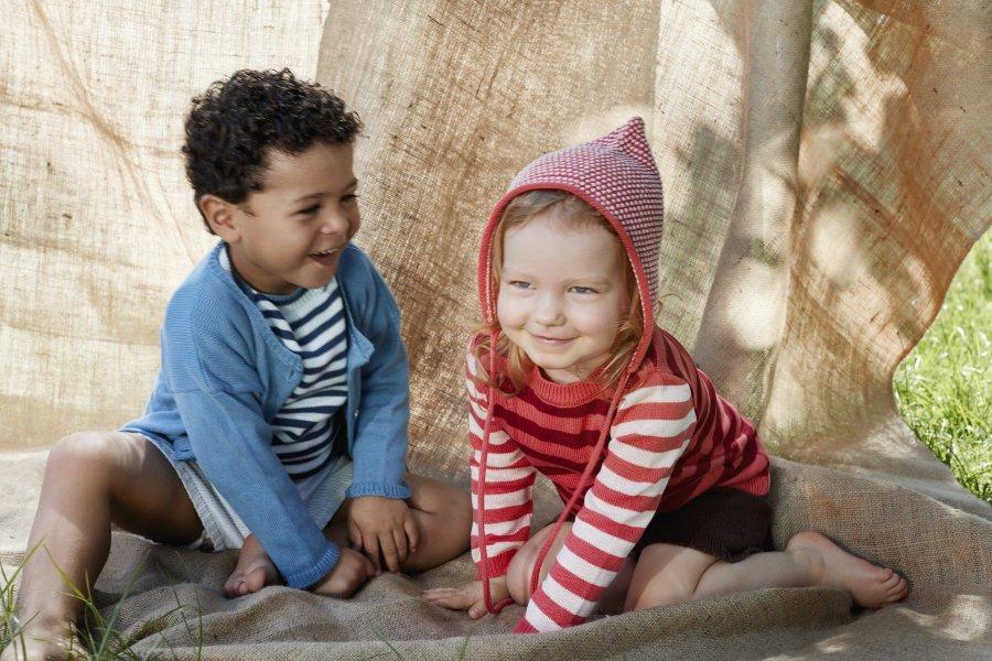 Mode aus Berlin: Für die kühleren Tage im Hauptstadt-Sommer eignen sich Strickmodelle aus Organic Cotton von Sommer & Kinder
