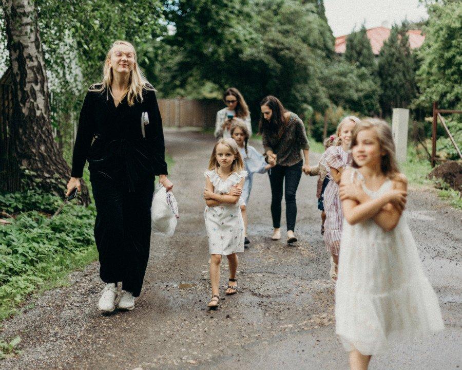 """Frisch unterwegs: Designerin Linda Raituma mit ihrer Model-Crew auf dem Weg zum Shooting-Set für die """"Miilu""""-Kampagne"""