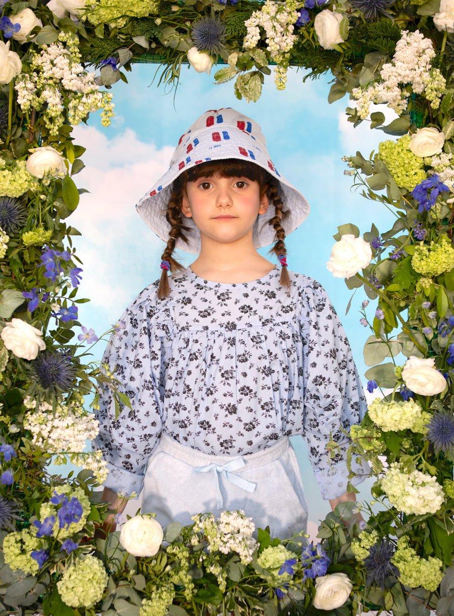 """Outfits für den Frühling oder den """"April in Paris"""": Anouk trägt einen Hut von BONMOT, Bluse TAMBERE, Shorts THE NEW SOCIETY"""
