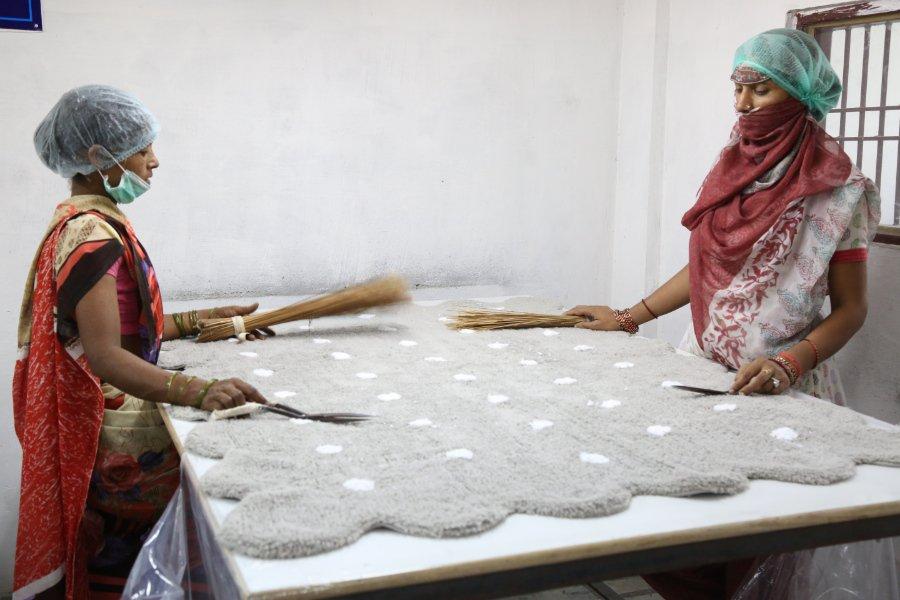 Blick in die Lorena Canals (Keks-)Fabrik: Zwei Kunsthandwerkerinnen geben dem Biscuit-Rug den letzten Schliff
