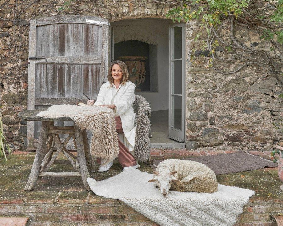 """Waschbare Teppiche aus ungefärbter Wolle: Lorena Canals besinnt sich mit ihrer Kollektion """"Sheep of the World"""" auf das naturnahe Leben"""