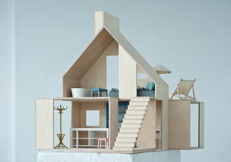 Ein ebenso schlichtes wie entzückendes Design Puppenhaus aus Holz, in Polen Hergestellt bei Boomini