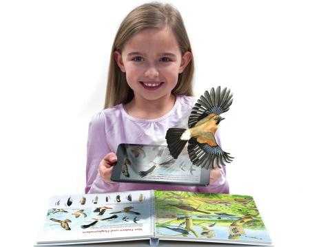 """Der Zauber der Augmented Reality hat auch das Kinderbuch erfasst! (Aus dem Bilderbuch """"Alle Vögel sind schon da"""", LeYo!-Reihe, Carlsen)"""