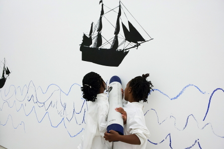 Zwei junge Künstlerinnen mit Feuereifer bei der Sache