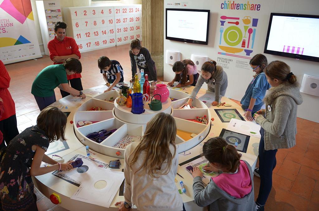 Children share: Kinder verschiedener Herkunft teilen miteinander Spielerfahrungen aus allen Ecken der Welt
