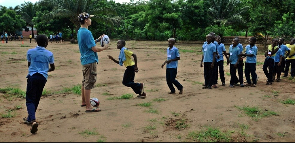 Benin pupils learning rugby basics with Thibaud, 16, from MSF Lausanne