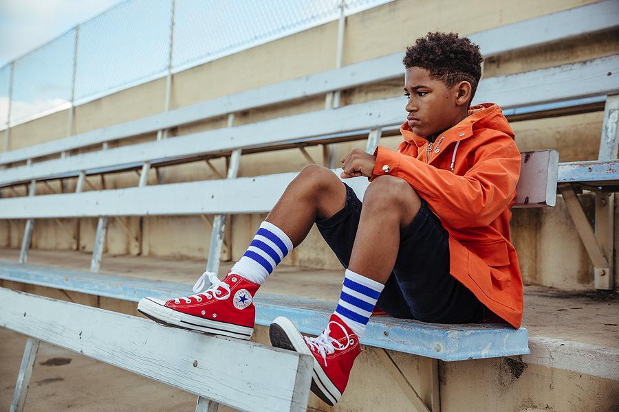 Amir gönnt sich eine Pause auf der Tribüne – in der Outdoor-Jacke von ABC123me
