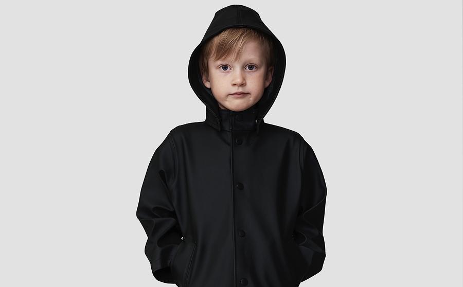 Jetzt können auch Kinder dem Regen trotzen – Stutterheim hat seinen STOCKHOLM-Klassiker in der Miniaturversion lanciert