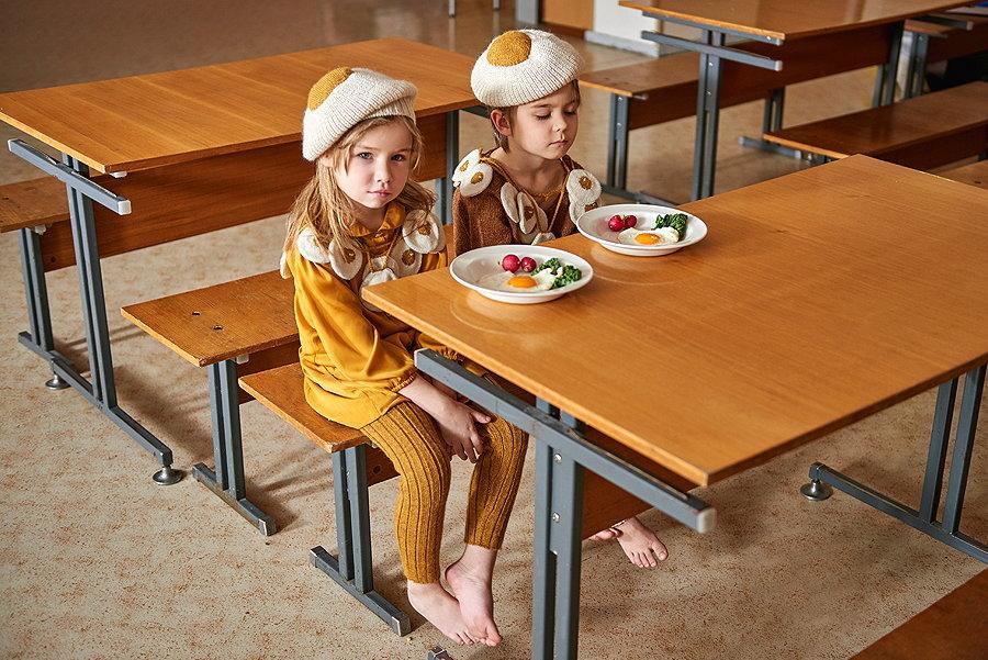 Wie aus dem Ei gepellt! – perfekt gestylt zum Lunch mit dem EGG BERET und einer Girlande aus Spiegeleiern