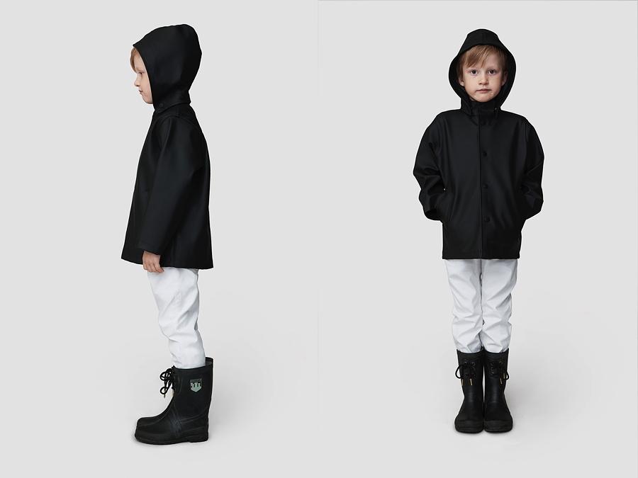 Das Kindermodell STOCKHOLM MINI BLACK hat eine abnehmbare Kapuze