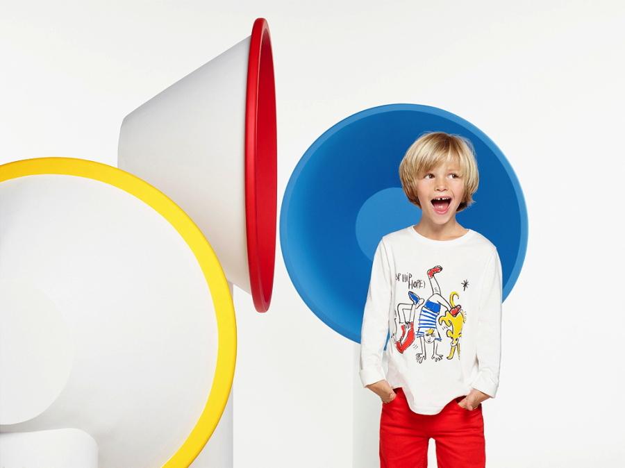 """Balthazar im """"POP HIP HOP(E)""""-Shirt von Petit Bateau – ein Siebdruck-Entwurf seines Großvaters Jean-Charles de Castelbajac"""
