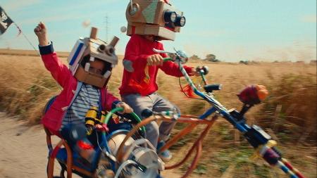 "Max und Louise im Petit Bateau-Kampagnenfilm ""The Mini Factory"" auf ihrem ""Harley-Bike"""
