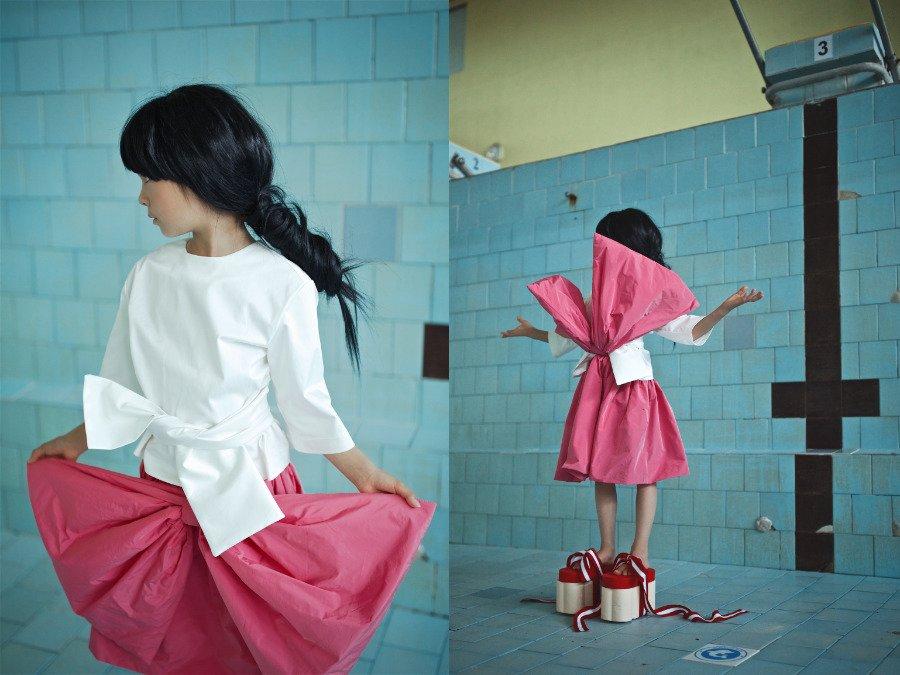 Anmutig wie eine Geisha: Die Kombination aus einer schlichten Bluse und einem Rock mit Schleife wirkt edel und mädchenhaft