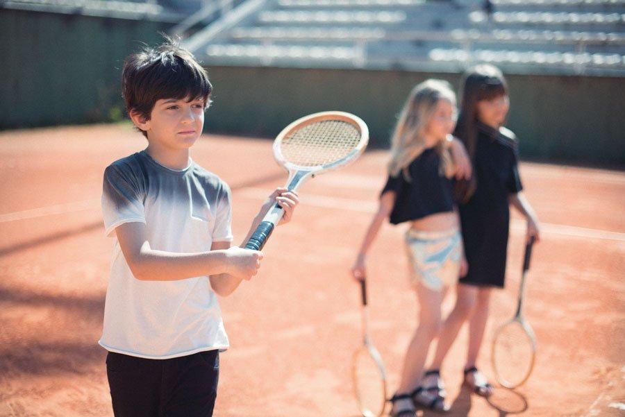 s01-junge-mit-tennisschlaeger