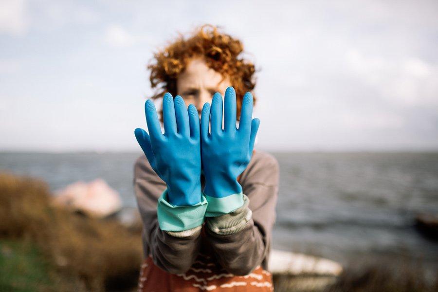 s03-junge-mit-gummi-handschuhen
