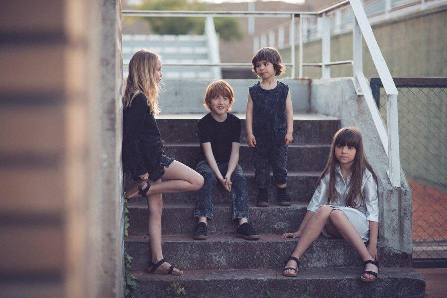 s04-kinder-auf-treppe